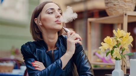 """La pelea por un negocio millonario: así preparan las tabacaleras la llegada de cigarrillos """"4.0"""" a la Argentina"""