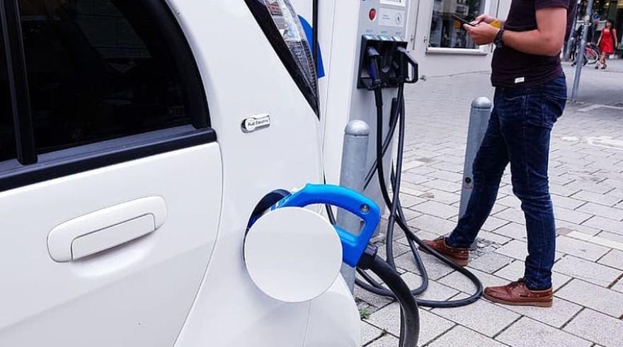 Olvidate de los aumentos de nafta: uno por uno, los autos eléctricos que ya se fabrican en Argentina